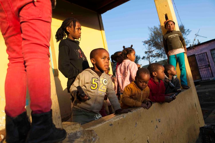 The children: who entertain tourists on the other side of the tracks